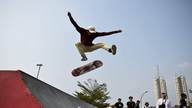 Pemain skateboard melakukan atraksi di RPTRA dan RTH Kalijodo, Jakarta, Jumat (21/6/2019).  - Antara
