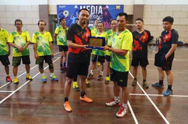 Tim bulu tangkis Bisnis Indonesia menerima plakat dari Brantas Abipraya dalam acara media gathering - Istimewa