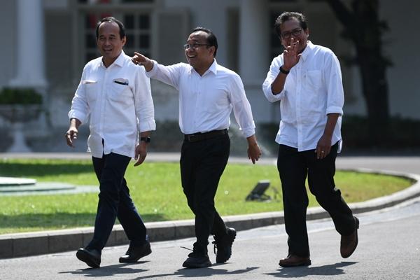Menteri Sekretaris Negara Kabinet Kerja 2014-2019 Pratikno (tengah) bersama Komisaris Utama Adhi Karya Fadjroel Rachman (kanan) dan mantan Staf Khusus Presiden Nico Harjanto berjalan memasuki kompleks Istana Kepresidenan, Jakarta, Senin (21/10/2019) - ANTARA FOTO/Wahyu Putro A