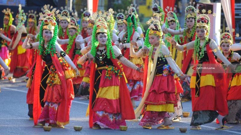 Penari Keraton Sumenep memainkan tarian Muang Sangkal (buang sial) saat pembukaan Festival Keraton dan Masyarakat Adat Asean (FKMA) ke-5 di Sumenep, Jawa Timur, Minggu (28/10/2018). - Antara/Saiful Bahri