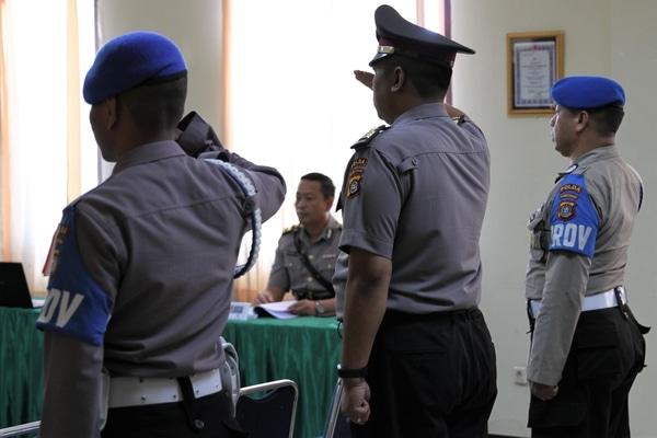 Petugas mengawal mantan Kapala Satuan Reserse Kriminal Polres Kendari, Ajun Komisaris Polisi (AKP) DK (tengah) untuk menjalani sidang disiplin Profesi dan Pengamanan (Propam) di Polda Sulawesi Tenggara, Kendari, Sulawesi Tenggara, Jumat (18/10/2019). AKP DK menjalani sidang disiplin terkait dugaan pelanggaran Standar Operasional Pengamanan (SOP) karena membawa senjata api jenis HS-9 saat mengawal aksi unjuk rasa mahasiswa pada Kamis (26/9/2019). - Antara/Jojon
