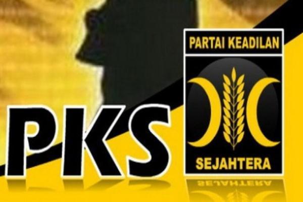 Ketua Umum Partai Gerindra Prabowo Subianto (kedua kanan) memberikan orasi didampingi Presiden PKS Sohibul Iman (tengah), Calon Wakil Gubernur DKI Sandiaga Uno (kedua kiri) saat Kampanye Akbar Anies-Sandi di GOR Soemantri Brodjonegoro, Jakarta, Minggu (29/1). PKS yang merupakan partai pengusung menggelar kampanye akbar guna pemantapan pemenangan pasangan Cagub-Cawagub DKI nomor urut tiga Anies Baswedan-Sandiaga Uno. ANTARA FOTO - Hafidz Mubarak A.
