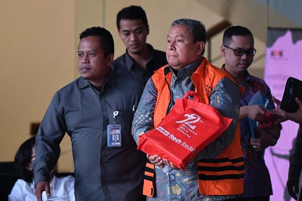 Mantan Direktur Utama Perum Jasa Tirta II Djoko Saputra (kedua kanan) dengan rompi tahanan menuju mobil tahanan seusai diperiksa di kantor KPK, Jakarta, Senin (30/9/2019) - ANTARA FOTO/Sigid Kurniawan