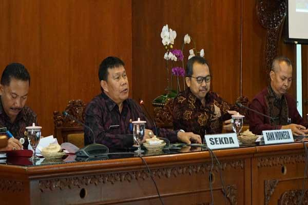 Sekda Kota Denpasar Anak Agung Ngurah Rai Iswara (dua dari kiri) bersama Kepala Pimpinan BI Perwakilan Bali Trisno Nugroho saat High Level Meeting untuk mengantisipasi kenaikan inflasi menjelang akhir tahun di Ruang Praja Utama Kantor Walikota Denpasar Selasa (22/10 - 2019).