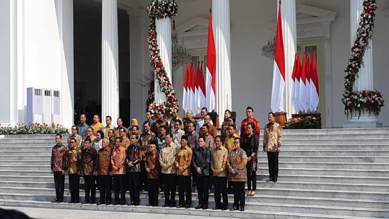 Presiden Joko WIdodo (kiri) didampingi Wakil Presiden Ma'ruf Amin berfoto bersama jajaran menteri Kabinet Indonesia Maju, Rabu (23/10/2019). JIBI/Bisnis - Amanda Kusumawardhani