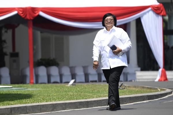 Politisi partai Nasdem yang juga mantan Menteri Kehutanan dan Lingkungan Hidup Siti Nurbaya melambaikan tangan saat tiba di Kompleks Istana Kepresidenan di Jakarta, Selasa (22/10/2019) - ANTARA FOTO/Puspa Perwitasari