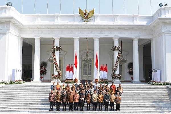 Presiden Joko Widodo didampingi Wapres Ma'ruf Amin berfoto dengan jajaran menteri Kabinet Indonesia Maju yang baru diperkenalkan di tangga beranda Istana Merdeka, Jakarta, Rabu (23/10/2019). - ANTARA FOTO/Puspa Perwitasari