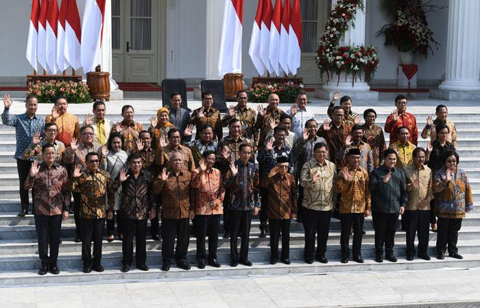 Presiden Joko Widodo bersama Wapres Ma'ruf Amin berfoto beserta jajaran menteri Kabinet Indonesia Maju di tangga Istana Merdeka, Jakarta, Rabu (23/10/2019). ANTARA FOTO/Wahyu Putro - foc.