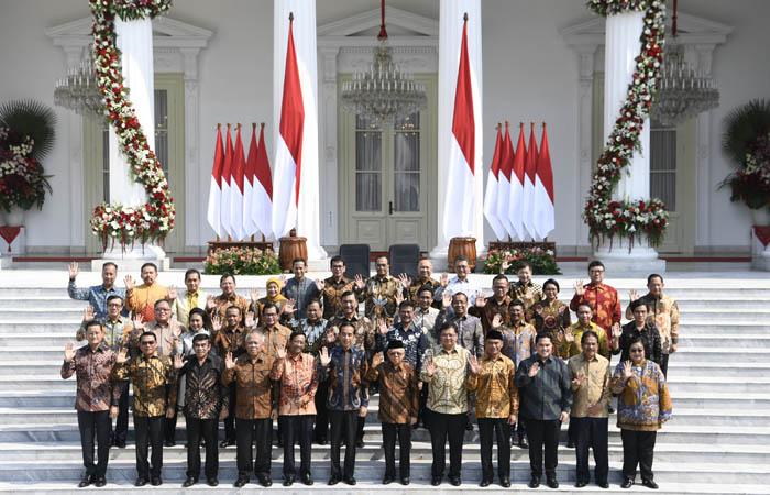 Presiden Joko Widodo didampingi Wapres Ma'ruf Amin berfoto dengan jajaran menteri Kabinet Indonesia Maju yang baru diperkenalkan di tangga beranda Istana Merdeka, Jakarta, Rabu (23/10/2019). ANTARA FOTO/Puspa Perwitasari - foc.