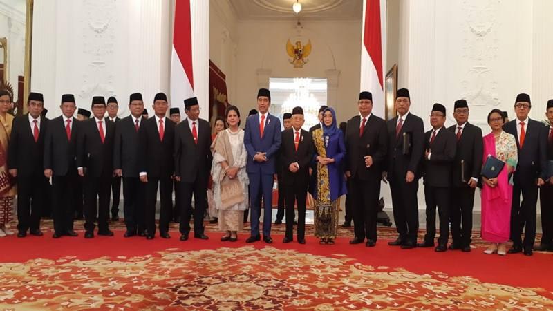 Presiden Joko Widodo didampingi Wapres Ma'ruf Amin berfoto bersama seluruh jajaran Kabinet Indonesia Maju usai penyerahan surat petikan keputusan presiden untuk 38 menteri di Istana Merdeka, Rabu (23/10/2019). JIBI/ Bisnis - Amanda Kusumawardhani