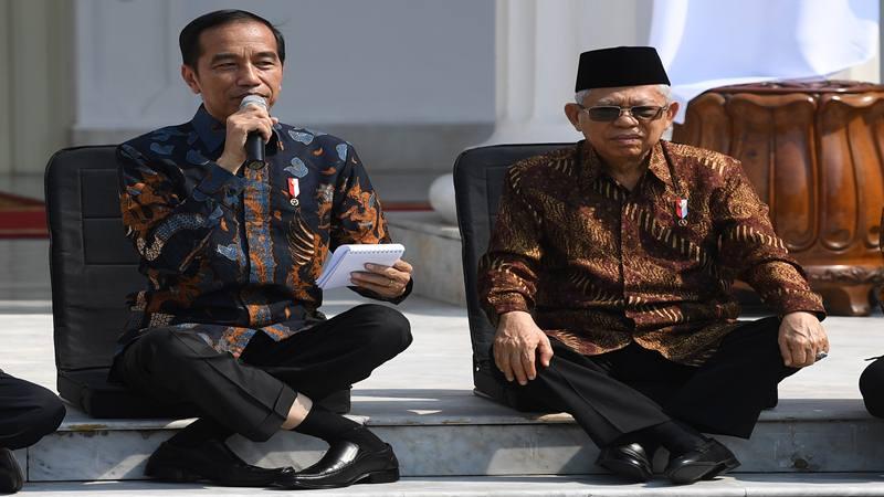Presiden Joko Widodo (kiri) didampingi Wapres Ma'ruf Amin memperkenalkan jajaran menteri Kabinet Indonesia Maju di tangga beranda Istana Merdeka, Jakarta, Rabu (23/10/2019). - Antara
