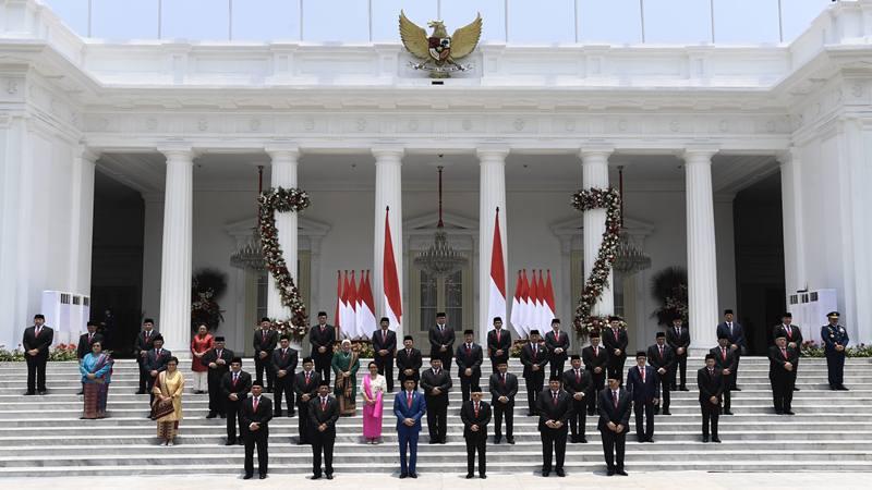 Presiden Joko Widodo didampingi Wapres Ma'ruf Amin berfoto bersama jajaran menteri Kabinet Indonesia Maju yang baru dilantik di tangga beranda Istana Merdeka, Jakarta, Rabu (23/10/2019). - Antara