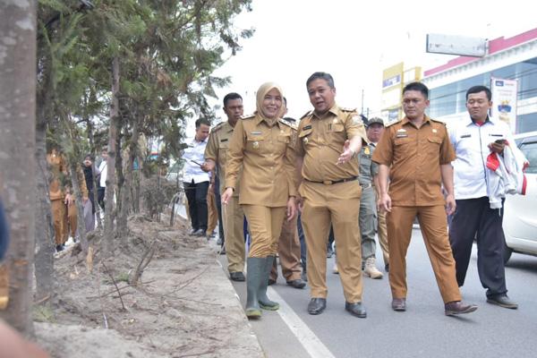 Wakil Walikota Palembang Fitrianti Agustinda (depan paling kiri) saat meninjau taman di sepanjang jalan protokol di Kota Palembang.Foto: Istimewa