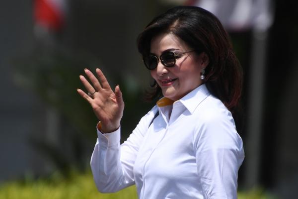 Bupati Minahasa Selatan Christiany Eugenia Paruntu melambaikan tangannya saat berjalan memasuki Kompleks Istana Kepresidenan, Jakarta, Senin (21/10/2019). Menurut rencana Presiden Joko Widodo akan memperkenalkan jajaran kabinet barunya hari ini usai dilantik Minggu (20/10/2019) kemarin untuk masa jabatan keduanya bersama Wapres Ma'ruf Amin periode tahun 2019-2024 - ANTARA FOTO/Wahyu Putro A