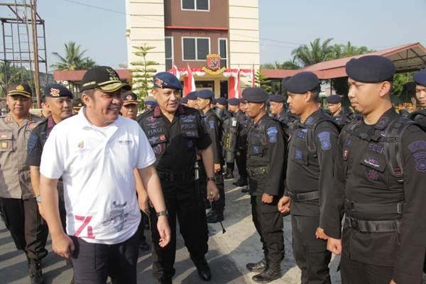 Gubernur Sumsel Herman Deru (kiri) saat apel pelepasan Satbrimob, Satpol PP dan BPDP Sumsel untuk penanganan karhutla. - Istimewa