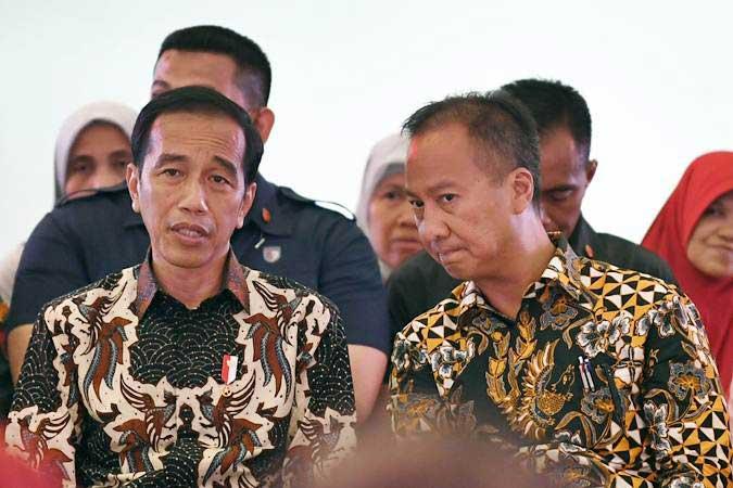 Presiden Joko Widodo (kiri) berbincang dengan Menteri Sosial Agus Gumiwang Kartasasmita saat menghadiri penyaluran Bantuan Sosial Program Keluarga Harapan (PKH) Tahun 2019 di Sukmajaya, Depok, Jawa Barat, Selasa (12/2/2019). - ANTARA FOTO/Puspa Perwitasari
