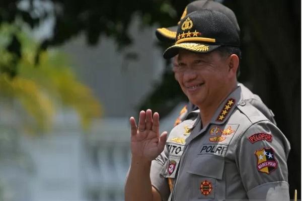 Jenderal Pol Tito Karnavian melambaikan tangan saat berjalan memasuki Kompleks Istana Kepresidenan di Jakarta, Senin (21/10/2019). - Antara