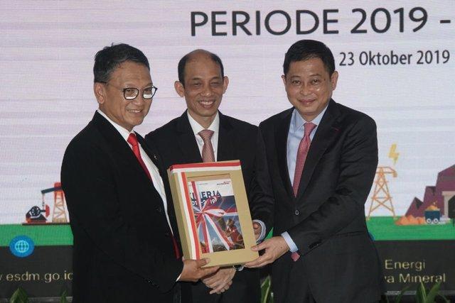 Mantan Menteri ESDM Kabinet Kerja Ignasius Jonan (kanan) menyerahkan laporan kinerja 5 tahun kepada Menteri ESDM Kabinet Indonesia Maju Periode 2019-2024 Arifin Tasrif (kiri) disaksikan Mantan Wakil Menteri ESDM Kabinet Kerja Arcandra Tahar disela-sela acara serah terima jabatan Menteri Energi dan Sumber Daya Mineral (ESDM) di Jakarta, Rabu (23/10). - Bisnis/Himawan L. Nugraha