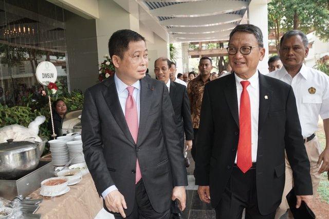 Mantan Menteri ESDM Kabinet Kerja Ignasius Jonan (kiri) berbincang dengan Menteri ESDM Kabinet Indonesia Maju Periode 2019-2024 Arifin Tasrif disela-sela acara serah terima jabatan Menteri Energi dan Sumber Daya Mineral (ESDM) di Jakarta, Rabu (23/10). Presiden Joko Widodo mengharapkan Menteri ESDM Arifin Tasrif dapat meningkatkan investasi di sektor energi baru terbarukan dan mencari solusi menekan impor minyak dan gas bumi. - Bisnis/Himawan L. Nugraha