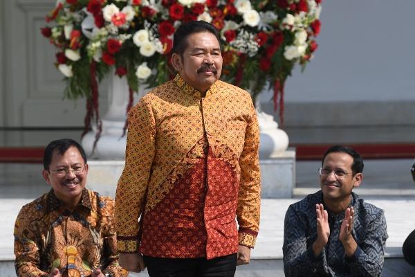 ST Burhanuddin diperkenalkan Presiden Joko Widodo sebagai Jaksa Agung saat pengumuman jajaran menteri Kabinet Indonesia Maju di tangga beranda Istana Merdeka, Jakarta, Rabu (23/10/2019). - ANTARA/Wahyu Putro A