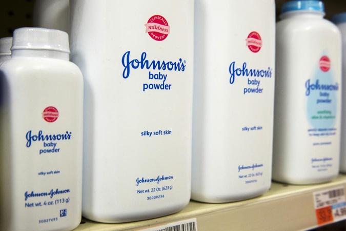 Botol-botol bubuk bayi Johnson & Johnson berjejer di toko obat di New York. - REUTERS/Lucas Jackson
