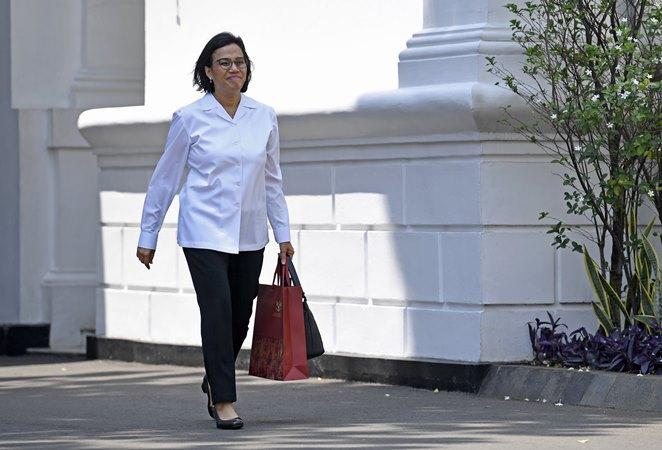 Mantan Menteri Keuangan Sri Mulyani Indrawati meninggalkan Kompleks Istana Kepresidenan di Jakarta, Selasa (22/10/2019). - ANTARA/Puspa Perwitasari