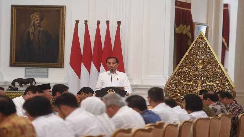 Presiden Joko Widodo memberikan pidato saat memimpin sidang kabinet paripurna di Istana Merdeka, Jakarta, Kamis (24/10/2019). Sidang kabinet paripurna itu merupakan sidang perdana yang diikuti menteri-menteri Kabinet Indonesia Maju. - Antara