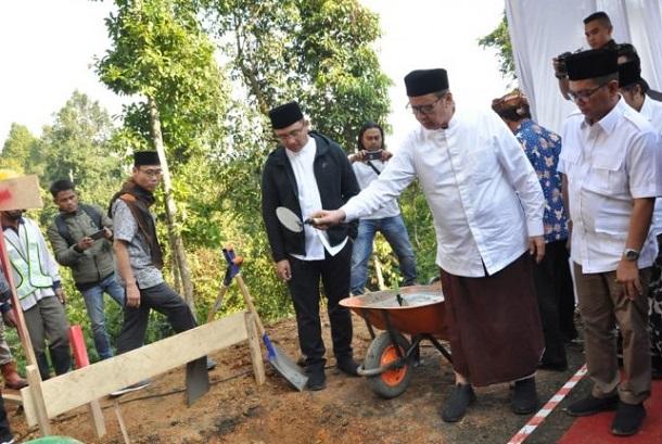 Gubernur Banten melakukan peletakan batu pertama pembangunan masjid di sekitar kawasan wisata Negeri di Atas Awan Kabupaten Lebak. - Antara