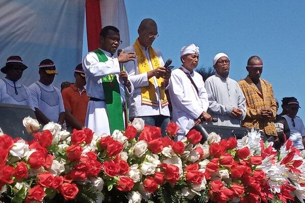 Sejumlah pemuka agama memanjatkan doa bersama saat deklarasi damai di lapangan Borarsi Manokwari, Papua Barat, Rabu (11/9/2019). Kegiatan yang diikuti ribuan masyarakat dari berbagai suku tersebut untuk mewujudkan Papua Barat tanah damai. - Antara/Toyiban