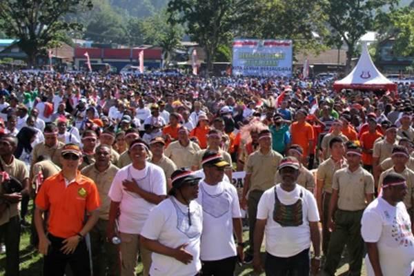 Gubernur Papua Barat Dominggus Mandacan (ketiga kiri) bersama warga menghadiri deklarasi damai di lapangan Borarsi Manokwari, Papua Barat, Rabu (11/9/2019). Kegiatan yang diikuti ribuan masyarakat dari berbagai suku tersebut untuk mewujudkan Papua Barat tanah damai. - ANTARA/Tomi