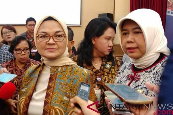 Kepala Badan Pengawas Obat dan Makanan Penny Lukito (tiga dari kanan)