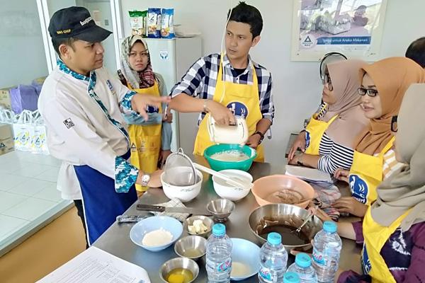 Wartawan di Kalsel saat diajarkan cara membuat aneka kudapan di Boga Sari Training Centre Banjarmasin pada Sabut 26 Oktober 2019 - Bisnis/Arief Rahman