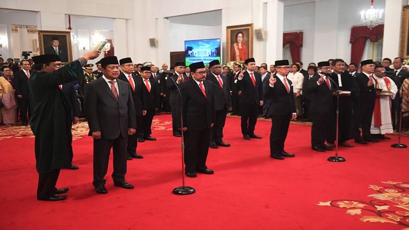 Sejumlah wakil menteri Kabinet Indonesia Maju mengucapkan sumpah saat dilantik di Istana Negara, Jakarta, Jumat (25/10/2019). Presiden secara resmi melantik 12 wakil menteri untuk membantu kinerja menteri-menteri di Kabinet Indonesia Maju. - Antara