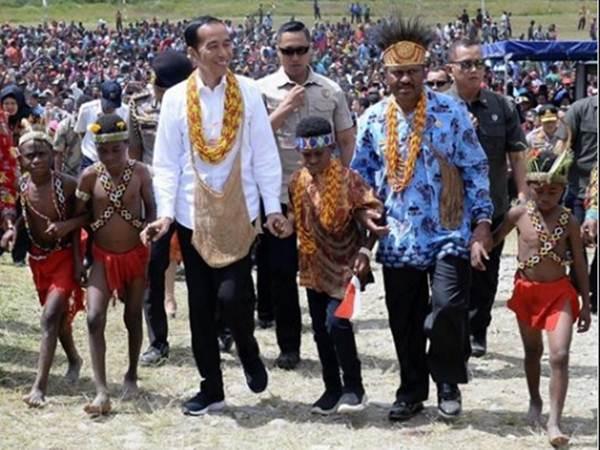 Presiden Joko Widodo saat tiba di Pegunungan Arfak, Papua Barat, Minggu (27/10/2019) pagi. Presiden disambut ribuan warga, tarian gembira, dan kalungan manik-manik di lapangan bola Irai, Pegunungan Arfak, Papua Barat. - Facebook/Presiden Joko Widodo