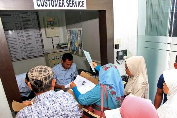 Ilustrasi. Petugas Imigrasi memeriksa kelengkapan berkas pemohon pembuatan paspor di Kantor Imigrasi. - Antara