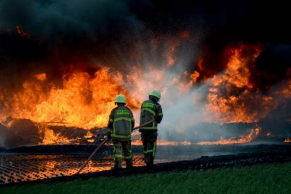 Petugas berusaha memadamkan api saat kebakaran pipa minyak milik PT Pertamina di Melong, Cimahi, Jawa Barat, Selasa (22/10/2019).  - ANTARA/Raisan Al Farisi