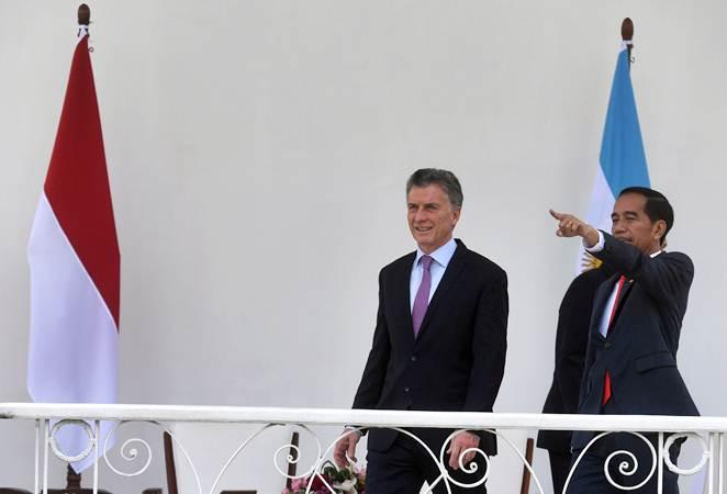 Presiden Joko Widodo (kanan) berbincang dengan Presiden Argentina Mauricio Macri (kiri) di Istana Bogor, Rabu (26/6/2019). - ANTARA/Akbar Nugroho Gumay