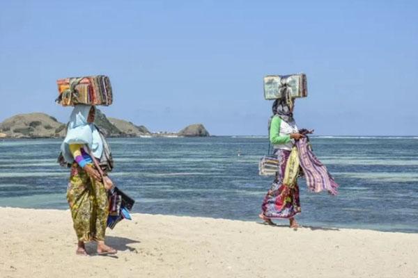 Pantai Kuta di Mandalika, Lombok Tengah, Nusa Tenggara Barat. - Antara/Ahmad Subaidi