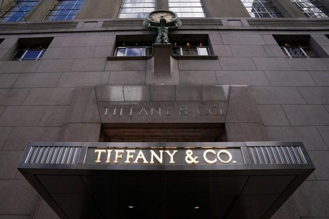 Logo Tiffany & Co terlihat di luar toko pada 5th Ave di New York, AS, 19 Maret 2019. - REUTERS/Carlo Allegri