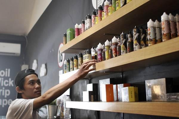 Pekerja menata botol berisi cairan rokok elektrik (vape) di Jakarta, Senin (1/10/2018). - ANTARA FOTO/Dhemas Reviyanto