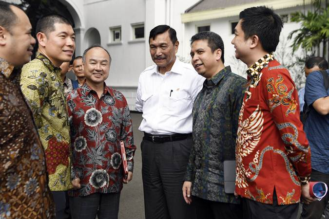 Menko bidang Maritim Luhut Panjaitan (tengah) berbincang dengan CEO Grab Anthony Tan (kedua kiri), Founder dan CEO Softbank Masayoshi Son (ketiga kiri), CEO Tokopedia William Tanuwijaya (kanan) dan President of Grab Indonesia Ridzki Kramadibrata (kedua kanan) usai bertemu Presiden Joko Widodo di Istana Merdeka, Jakarta, Senin (29/7/2019). - ANTARA/Puspa Perwitasari
