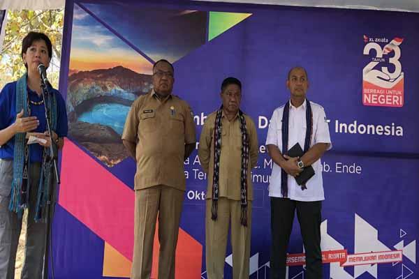 : Direktur Teknologi XL Axiata Yessie D. Yosetya (Kiri) memberikan sambutan dalam peresmian BTS USO XL di Desa Aewora, Kecamatan Maurole, Kabupaten Ende, NTT, Senin (28/10 - 2019).