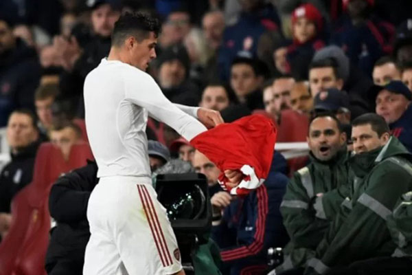 Reaksi kapten Arsenal Granit Xhaka saat ditarik keluar pada babak kedua laga lanjutan Liga Primer Inggris melawan Crystal Palace di Stadion Emirates, London. - Antara-Reuters