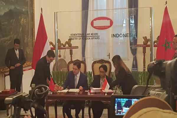 Menteri Luar Negeri Maroko Nasser Bourita dan  Menteri Luar Negeri Retno Marsudi menandatangani nota kesepahaman tentang kerja sama kelautan dan perikanan di Kantor Kementerian Luar Negeri, Jakarta, Senin (28/10/2019) - Denis Riantiza M