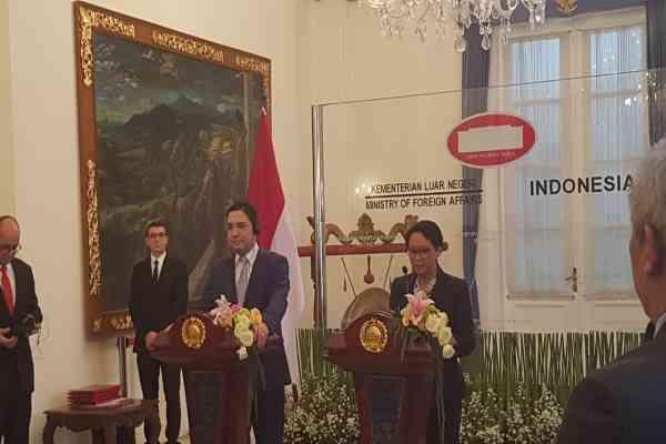Menteri Luar Negeri Retno Marsudi bersama Menlu Maroko Nasser Bourita saat menyampaikan pernyataan pers bersama di Kementerian Luar Negeri, Senin (28/10 - 2019).