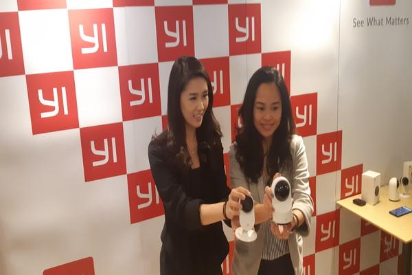 Vice President PT Harapan Karunia Makmur Stephanie Hakim (kiri) dan Country Marketing Manager YI Technology untuk Indonesia Miji Sarwono (kanan). - Bisnis/Rahmad Fauzan