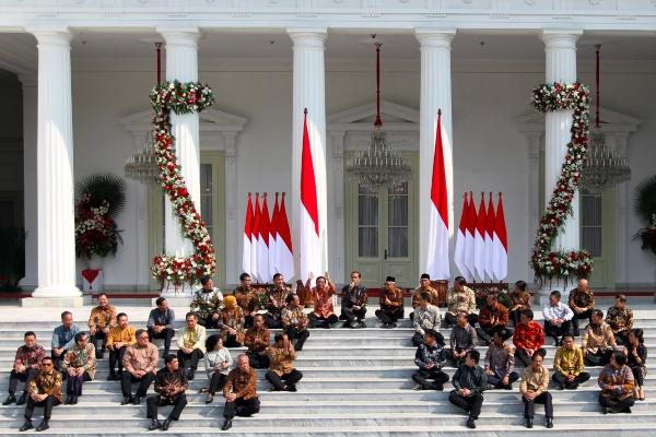 Suasana perkenalan Kabinet Indonesia Maju oleh Presiden Joko Widodo (tengah) di tangga beranda Istana Merdeka, Jakarta, Rabu (23/10/2019). - Bisnis/Abdullah Azzam
