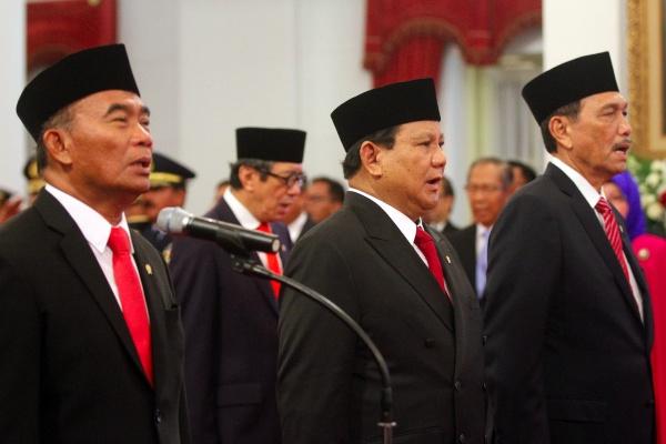 (Dari kiri) Muhadjir Effendy, Yasonna Laoly, Prabowo Subianto, dan Luhut Binsar Panjaitan menyampaikan sumpah jabatan saat dilantik menjadi menteri oleh Presiden Joko Widodo di Istana Merdeka, Jakarta, Rabu (23/10/2019). - Bisnis/Abdullah Azzam