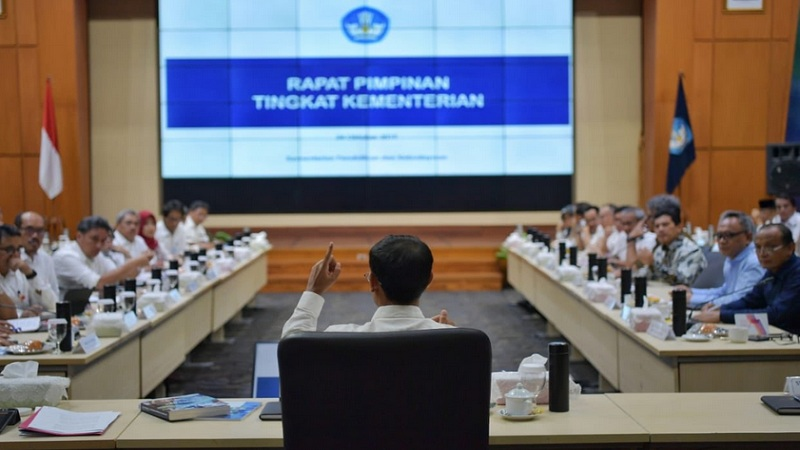 Mendikbud dan Dikti Nadiem Makarim memimpin rapat pertama dengan eselon 1 dan 2 Kemendikbud, Kamis (24/10/2019). - Twitter @Kemdikbud_RI