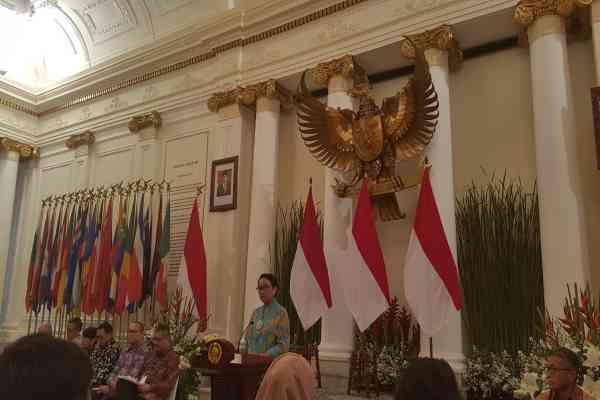 Menteri Luar Negeri Retno Marsudi menyampaikan prioritas politik luar negeri Indonesia 2019-2024 di kantor Kemenlu, Jakarta, Selasa (29/10/2019) - Denis Riantiza M